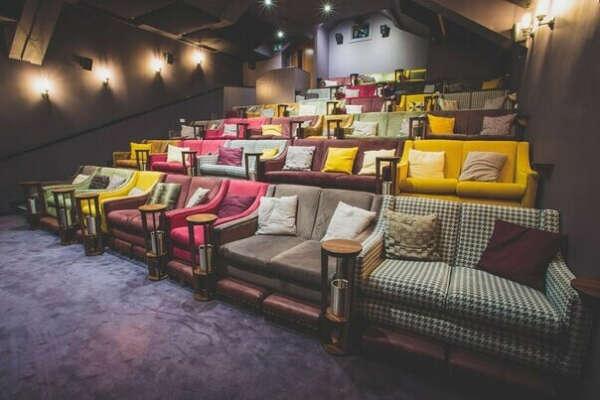 Посмотреть кино в кинотеатре с диванчиками