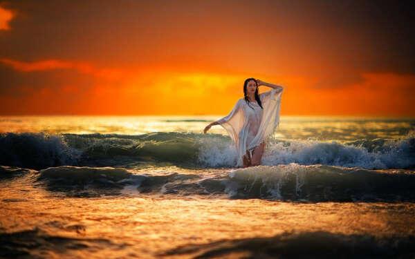 Фотосессия у моря/океана на закате (те самые минуты когда солнце заходит)