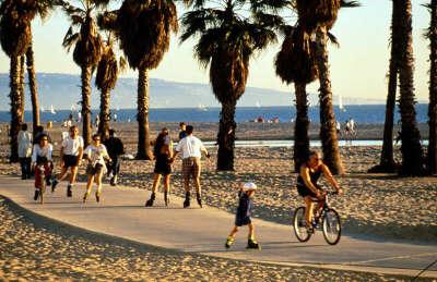 Прокатиться на роликах вдоль пляжа Лос-Анджелеса