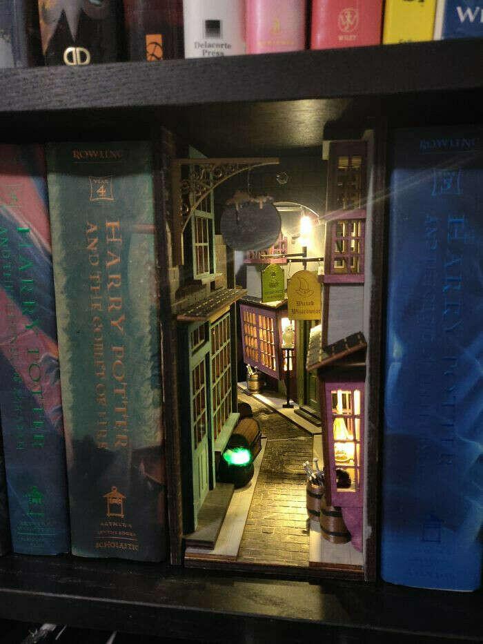 """Разделитель для книг """"Косой переулок"""""""