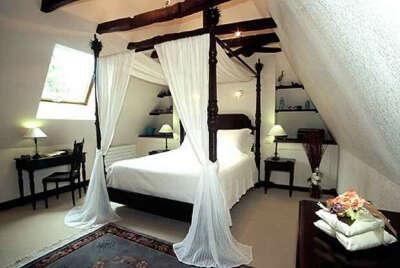 Большую кровать с балдахином.