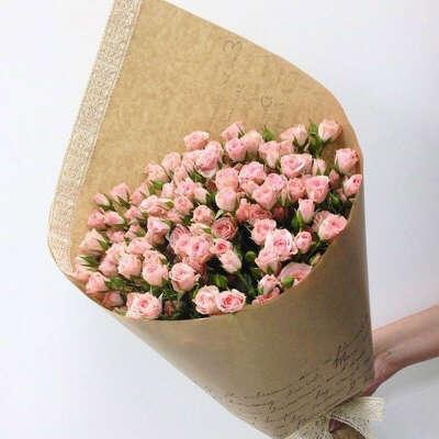 Букет из кустовых роз в бумаге