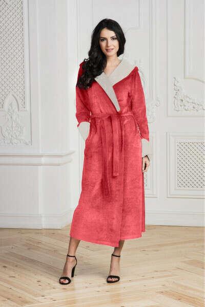 Длинный халат с капюшоном, велюровый или очень мягкий махровый