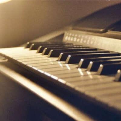 Играть на пианино