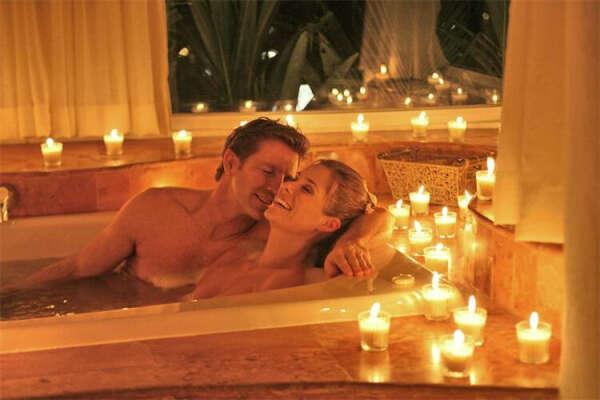 Принять пенную ванну с любимым.