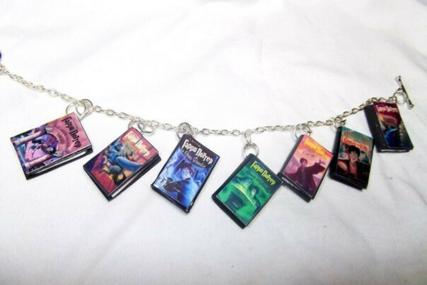 Ожерелье из книг