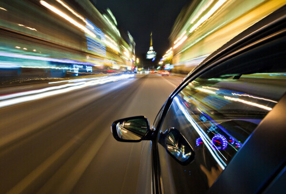 Поездка на автомобиле по ночному городу под любимую музыку