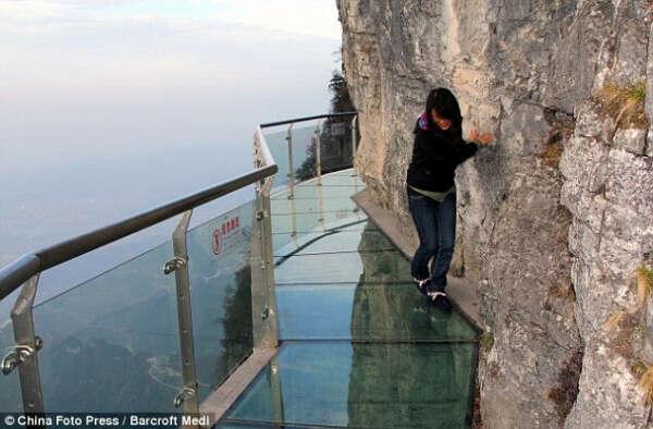 Пройти по стеклянной тропе страха в Китае