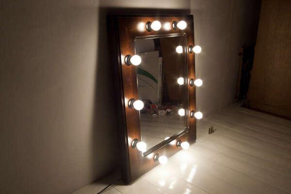 Зеркало с лампами