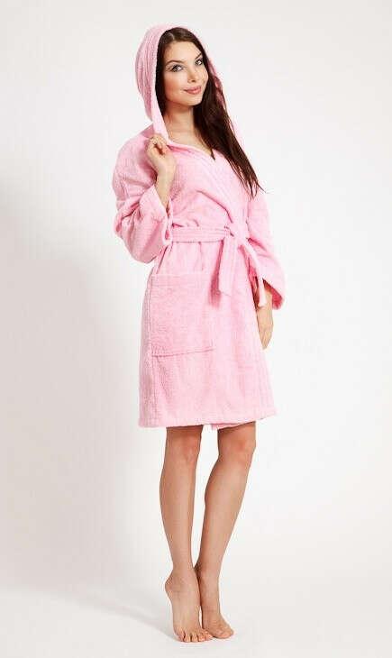 Махровый розовый халат с капюшоном.