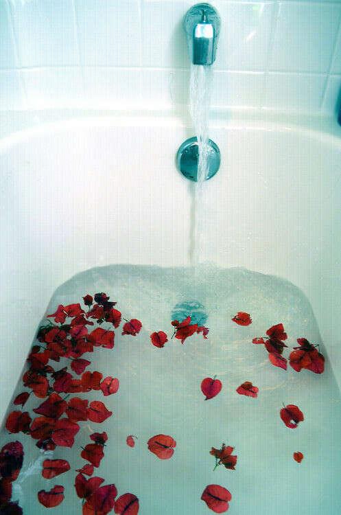 Ванную с лепестками .