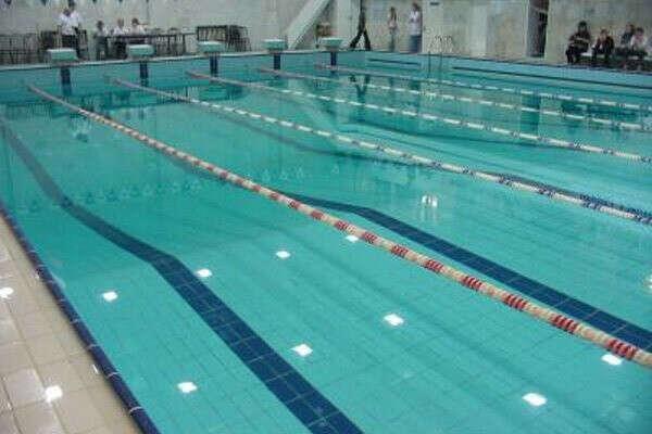 научится плавать