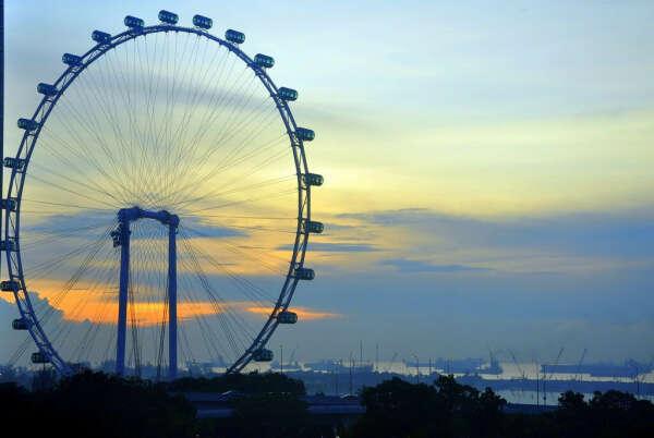 покататься на ''колесе обозрения'' в разных городах мира
