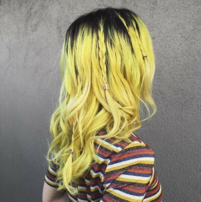 Покрасить волосы в желтый
