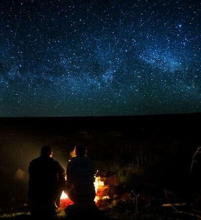 Ночь у коста вдвоем под звездами.
