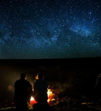 Ночь у костра вдвоем под звездами.