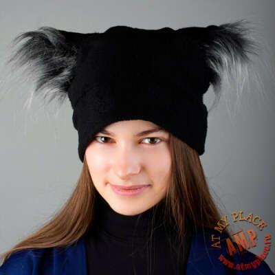 Черная шапка с пушистыми ушками