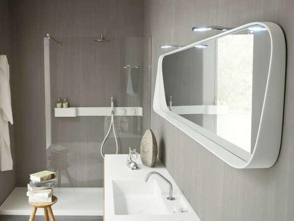 Белое зеркало в ванную с подсветкой
