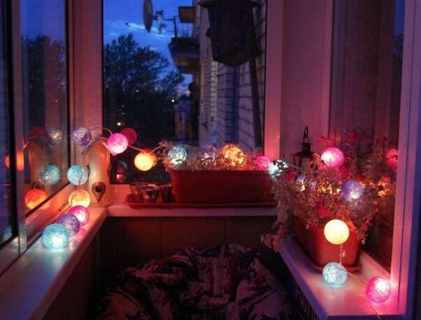 Много гирлянд с фонариками в квартиру и балкон
