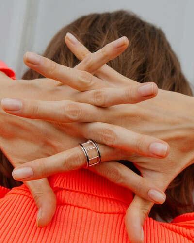 Кольцо-колонны с черной эмалью Avgvst Jewelry
