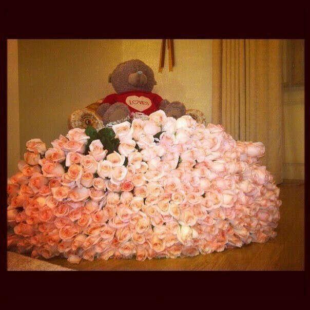 ...чтобы мне подарили большого плюшевого мишку и розы