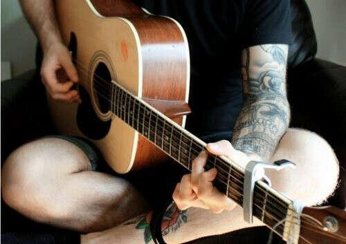 Друга, играющего на гитаре