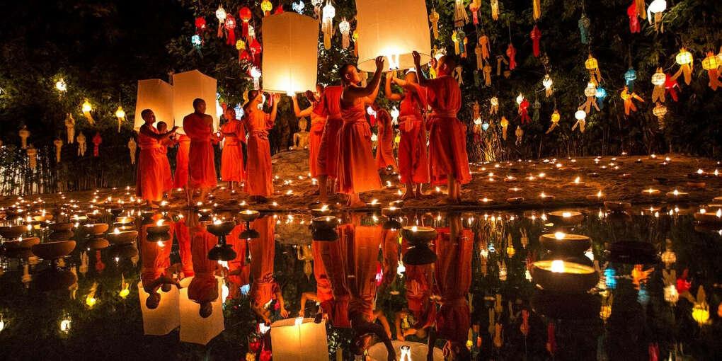 На праздник Лой Кратонг в Таиланде