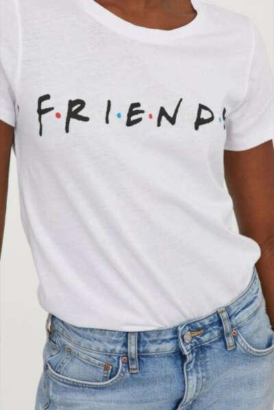 Белая футболка с надписью FRIENDS