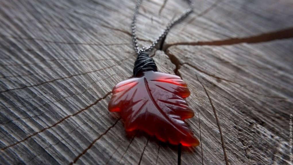 Осенний лист из агата на цепочке