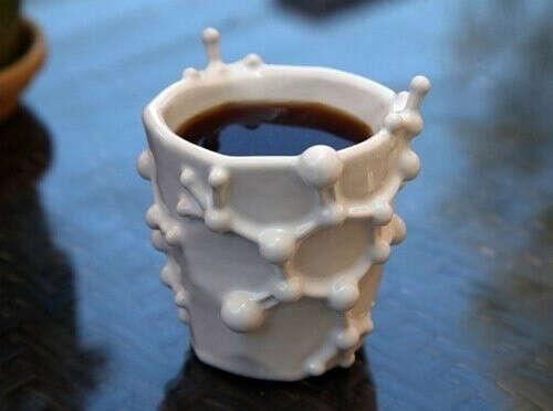 Чашки в форме молекулы кофеина
