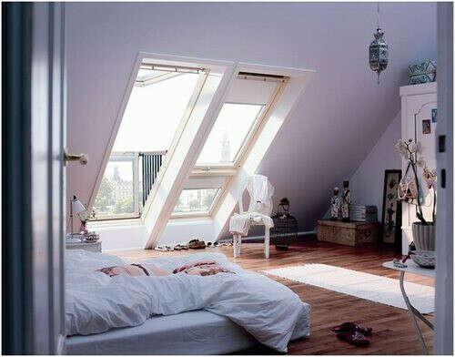 квартира-студия с высокими потолками, скошенной стеной и большими окнами