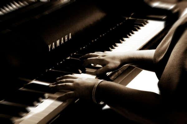 Учиться играть на пианино