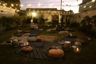 Красивый дворик с фонариками