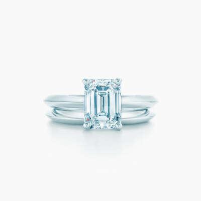 Помолвочное кольцо из платины с бриллиантом изумрудной огранки