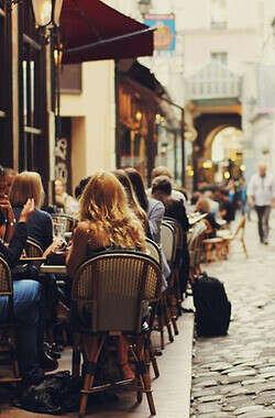 Встречаться с друзьями в уютных кафе