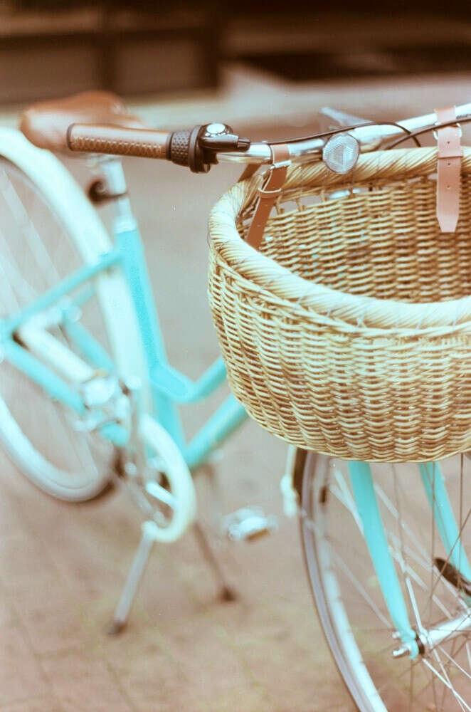 Женский велосипед с корзинкой (голубого цвета)