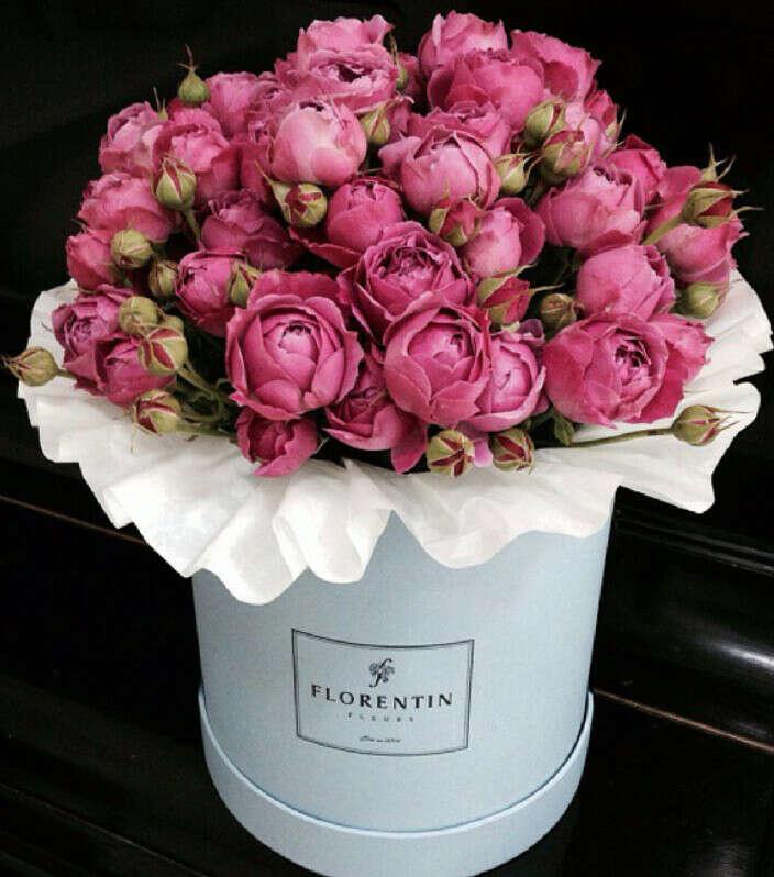 букет пионовидных роз в шляпой коробке
