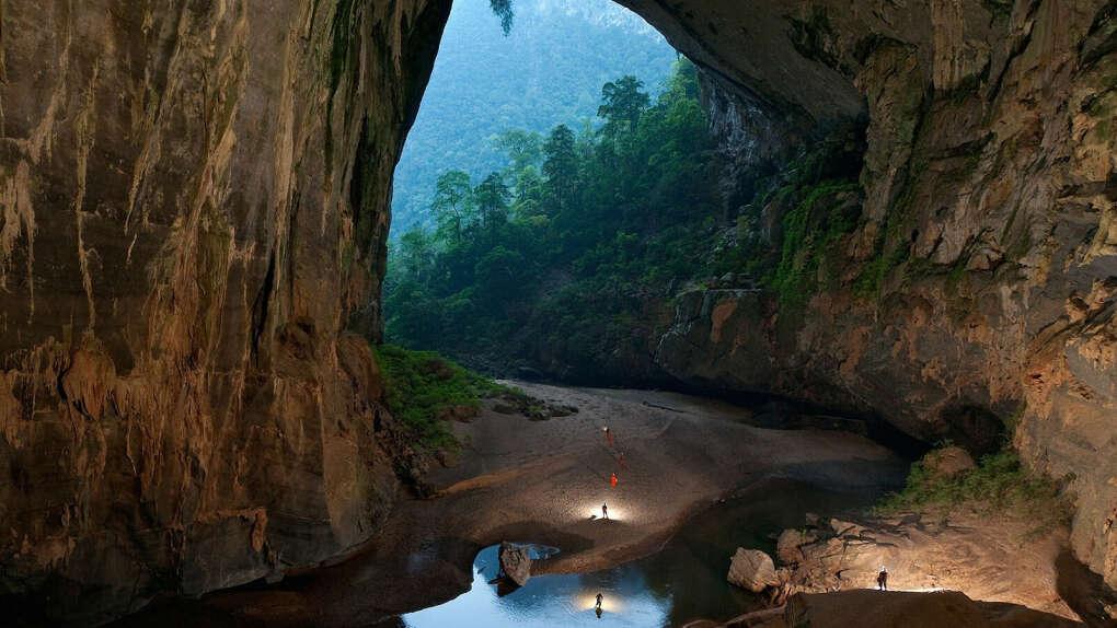 Посетить пещеру горной реки в провинции Куанг Бинь, Вьетнам