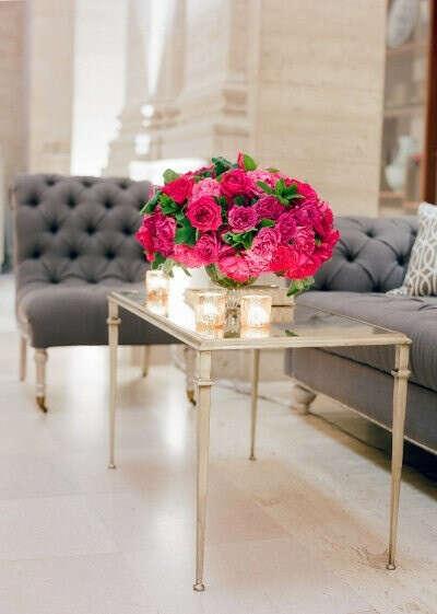 Букет таких цветов и вазу :)