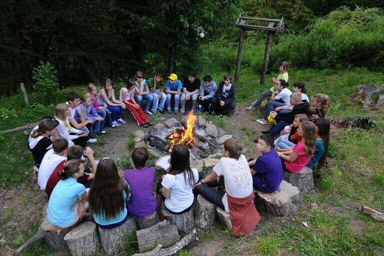 поехать в летний лагерь