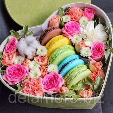 Коробочка с цветами и макарунами