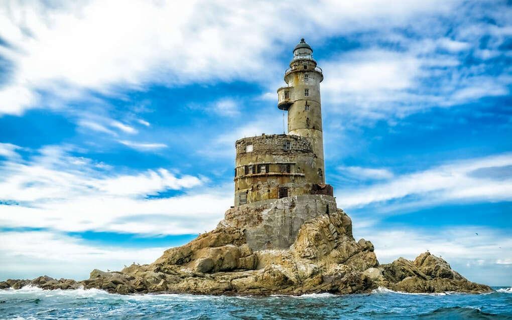 Посмотреть в живую на заброшенный маяк Анива на Сахалине
