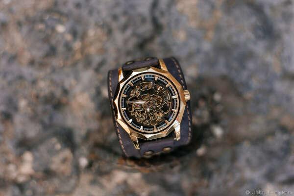 Крутые наручные часы на крутом кожаном ремешке