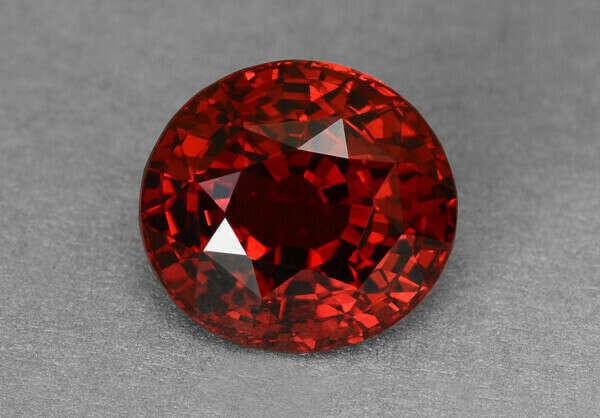 С глазами светло-зеленого цвета хорошо сочетаются розовые и бордовые минералы: кварц, аметист, гиацинт, родолит.