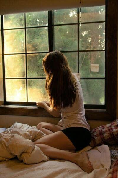 кровать около окна