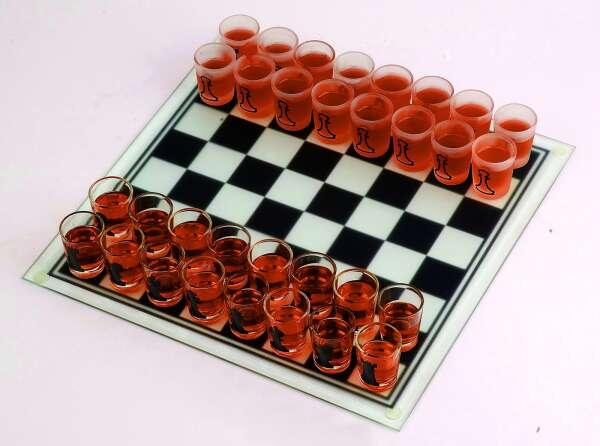 «Пьяные шахматы» со стеклянными стопками