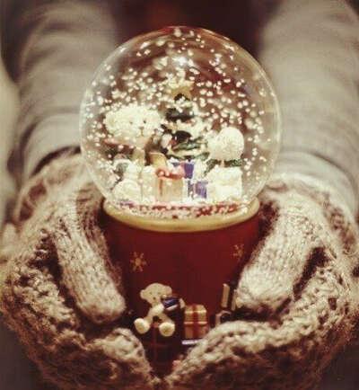 Красивый шар со снегом