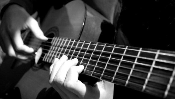 Научиться играть на гитаре.