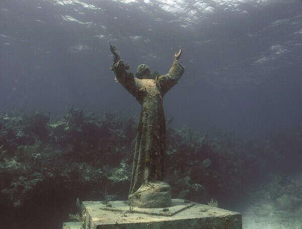 """Погрузиться к статуе """"Христос из Бездны""""(итал. Il Cristo degli Abissi)"""