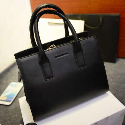 Черную сумочку среднего размера